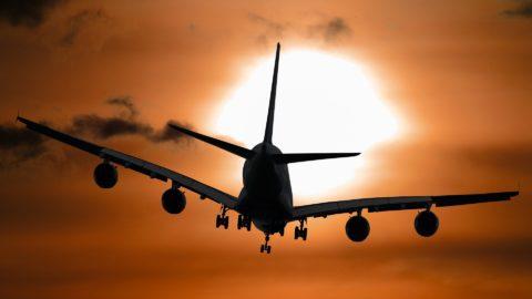 Flugzeug vor dem Sonnenuntergang
